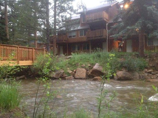 StoneBrook Resort : The back side of the River-suites.