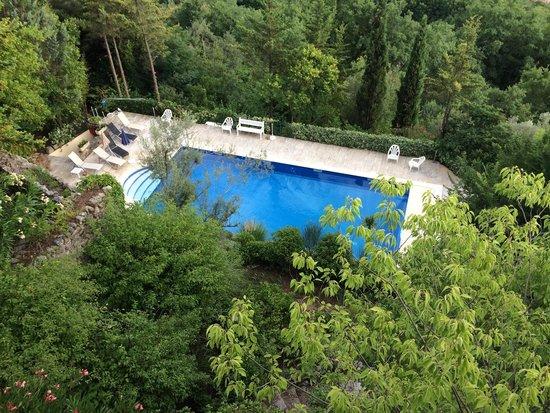 La Vieille Fontaine : Vue piscine de l'hôtel