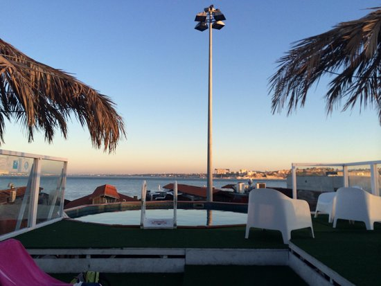 Sunset Destination Hostel: Rooftop pool at sunset