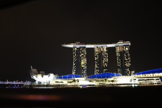 Marina Bay Sands: nite view of the hotel