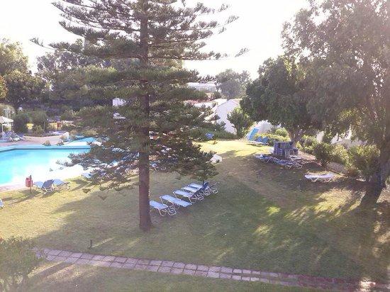 Kalithea Sun & Sky Hotel: Giardino ben curato