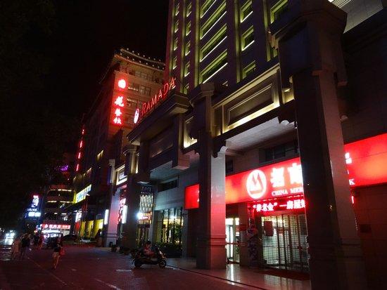 Ramada Xian Bell Tower: Вид с улицы вечером