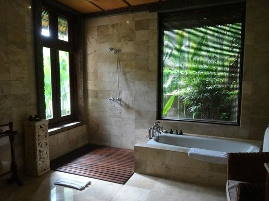 Warwick Ibah Luxury Villas & Spa : Villa 105's gigantic bathroom with garden views.