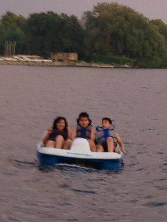 Bayside Inn & Waterfront Suites: Que rico paseo por el lago Ontario en el bote de pedales que el hotel proporciona gratuitamente!