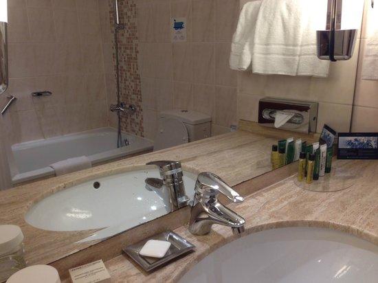 Hilton München City: Inside Bathroom