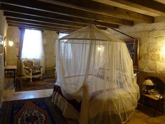 Divan Cave House: stone roomです
