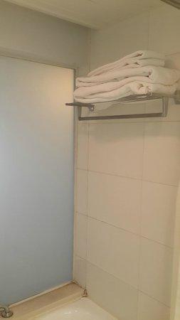 Landmark Towers Hotel: Ванная комната