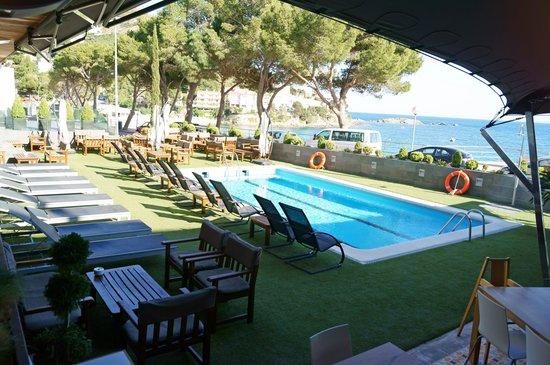 Hotel R Canyelles Platja: Nuestra pequeña piscina con el mar a 40 mts.