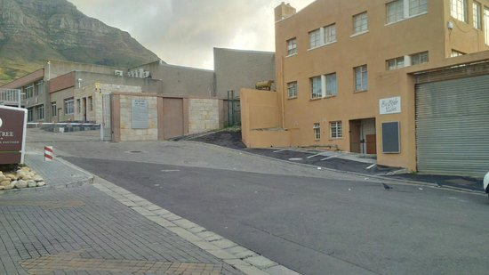 DoubleTree by Hilton Cape Town - Upper Eastside : Looking left from outside