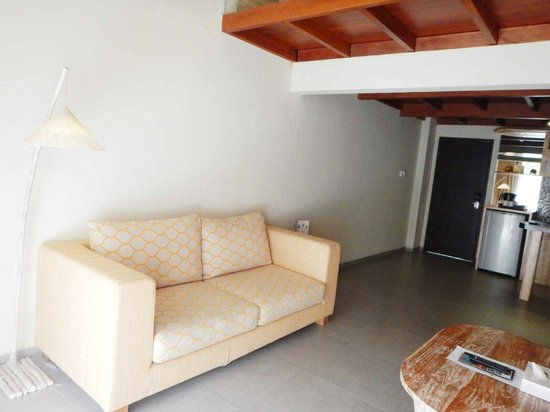 Pandawa All Suite Hotel: Living room with cozy sofa