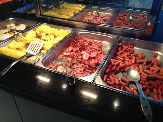 Rodos Palace: Disgusting greasy breakfast sausages and eggs
