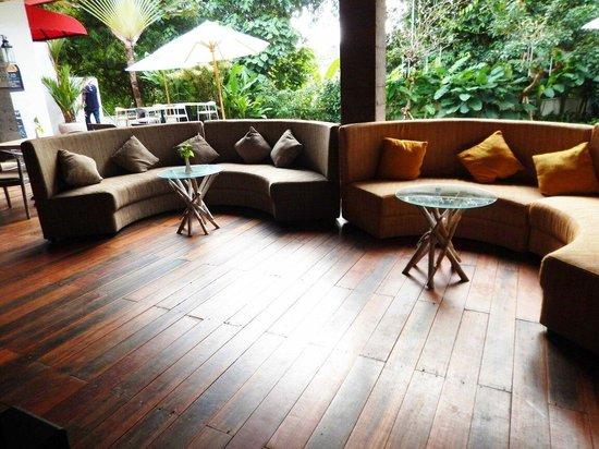 Pandawa All Suite Hotel: Bar beside pool