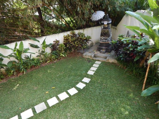 Pandawa All Suite Hotel: Backyard garden and place for praying