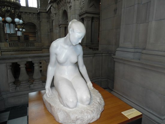 Kelvingrove Art Gallery and Museum : sculpture on gallery