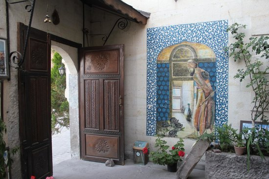 Kismet Cave House: A sweet Osman Hamdi Bey painting in the entrance!