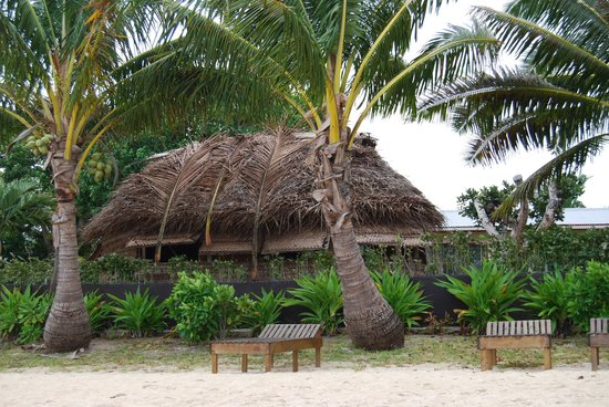 Lucky's Beach Houses: Looking at traditional fale from beach