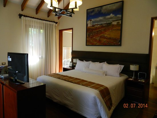 Casa Andina Private Collection Valle Sagrado: Bed with door leading to bathroom