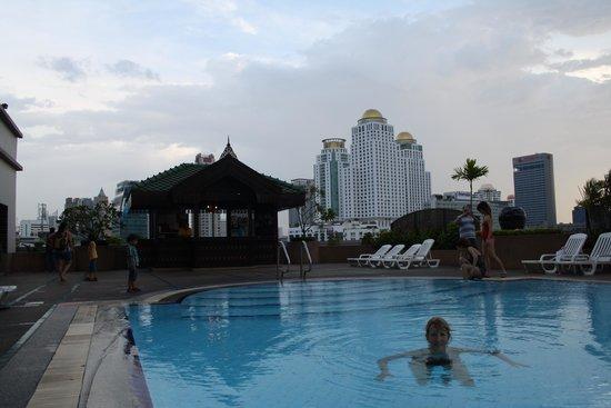 Ramada D MA Bangkok : A beautiful pool on the roof