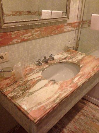 Hotel Imperiale: Мрамор в ванной комнате - довольно приятно