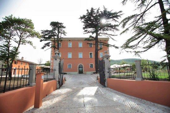 Gualdo Cattaneo, Italie : Facciata Relais di giorno