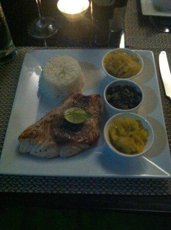 VERANDA Cafe : Jobfish grigliata con contorno di papaya, spinaci, zucca, riso, salsa creola e pimenta