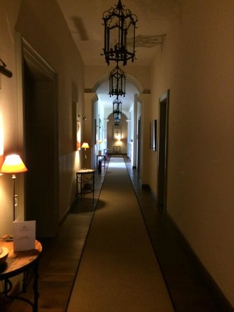 Chateau Mcely: Stylish corridors