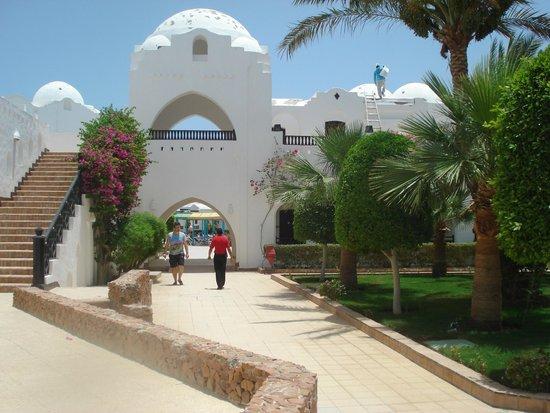 Arabella Azur Resort: Weg vom Eingangsbereich zum Relaxpool