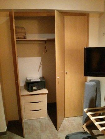 Hotel Don Pepe: Room: wardrobe & safe, TV