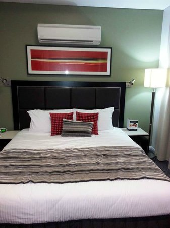 Meriton Serviced Apartments Campbell Street: Cozy and huge bed.