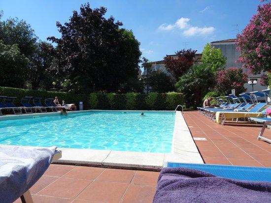 Hotel Benaco: Pool area