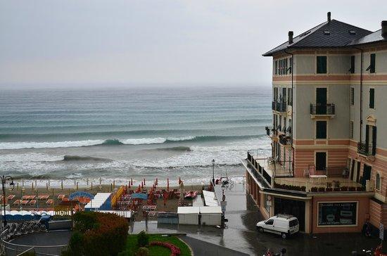 Hotel Europa & Concordia : вид слева с номера с частичным видом на море
