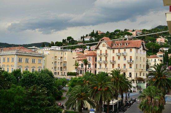 Hotel Europa & Concordia : вид справа с номера с частичным видом на море