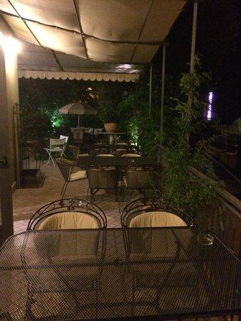 Hotel San Pietro: Garden terrace at night