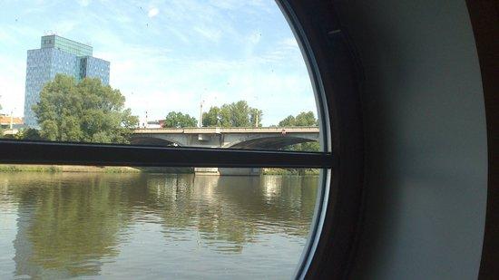 Greenyacht Hotel: Fensteraussicht auf die Moldau