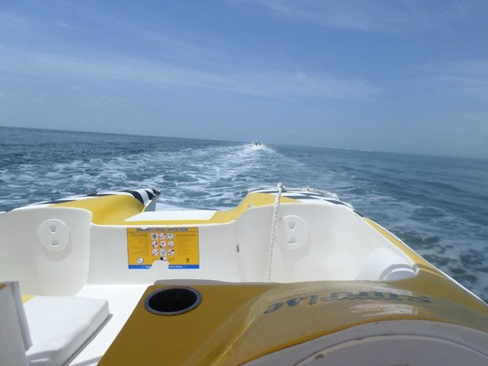 Hotel Riu Caribe: Speed boats off into the ocean