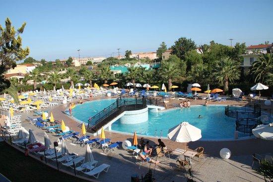 Alexander Hotel: Z balkonu na basen, zatokę i góry
