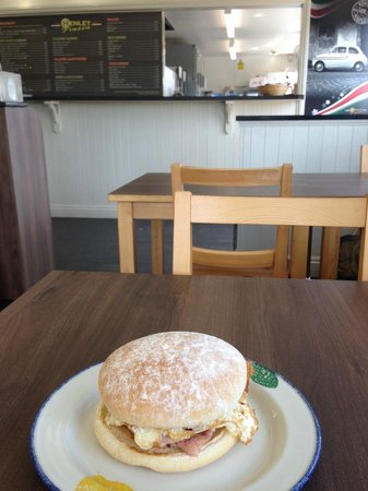 Henley Piazza: Yummy egg and bacon roll