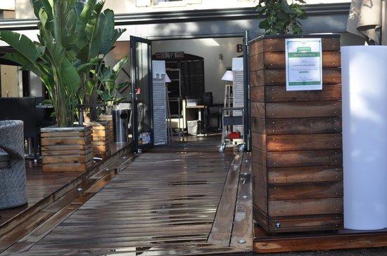 Le Grill de la Mourachonne : entrée jardin restaurant