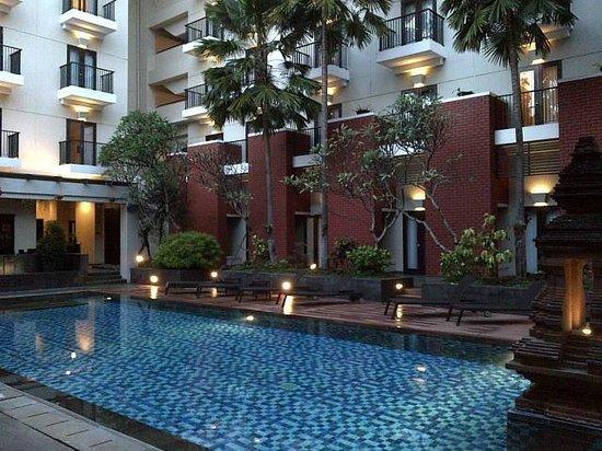Hotel Santika Premiere Malang: The  pool