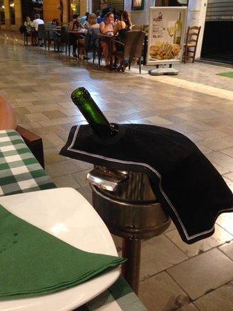 Ciao: le vin dans le seau à champagne avec eau et glaçons