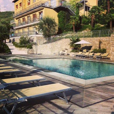 Panoramic Hotel Benacus: Pool looking back to hotel