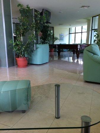Palm Beach Hotel: бильярд на рецепшене