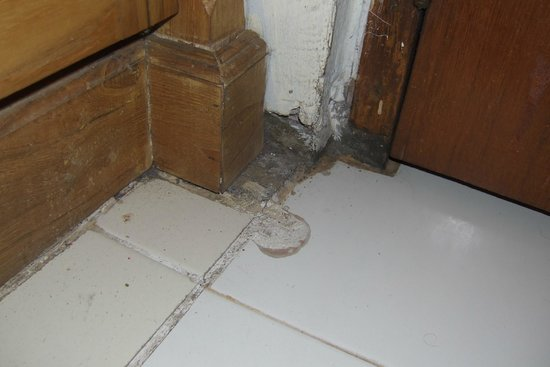Inna Sindhu Beach : Damaged masonry and chipped tiles in our room.