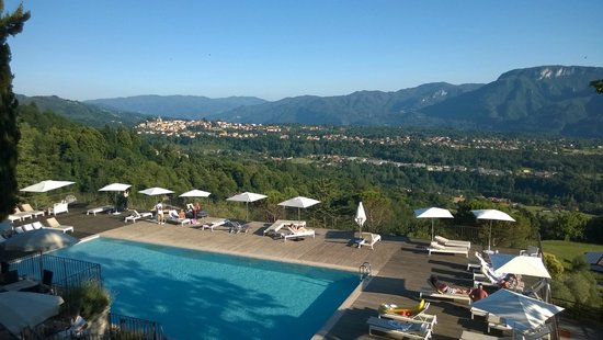 Renaissance Tuscany Il Ciocco Resort & Spa: View from the terrace (town Barga in the background)