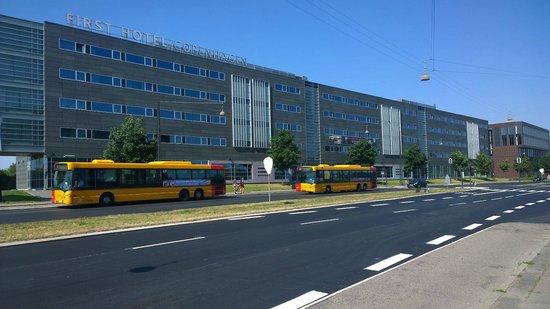 Scandic Sluseholmen: Ansicht von Bushaltestellte her