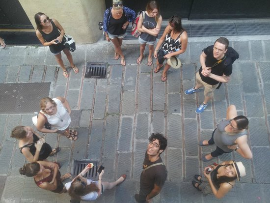 Manena Hostel : 3, 2, 1, gooo! Spyros is waiting for you to join the walking tour group... :)