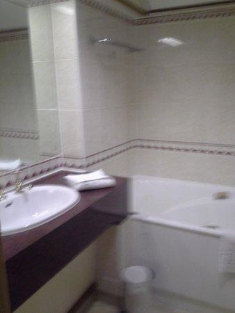 Mercure York Fairfield Manor Hotel: Spa Bath
