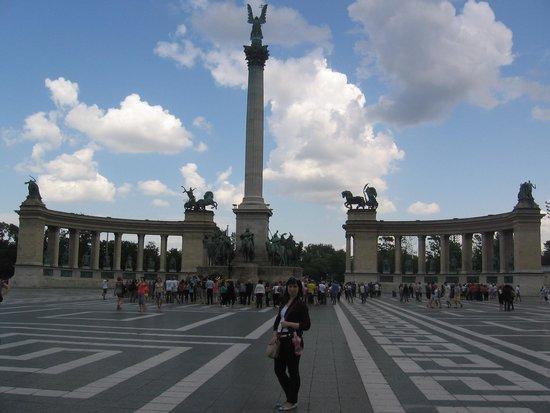 Place des Héros : Я на фоне памятника.