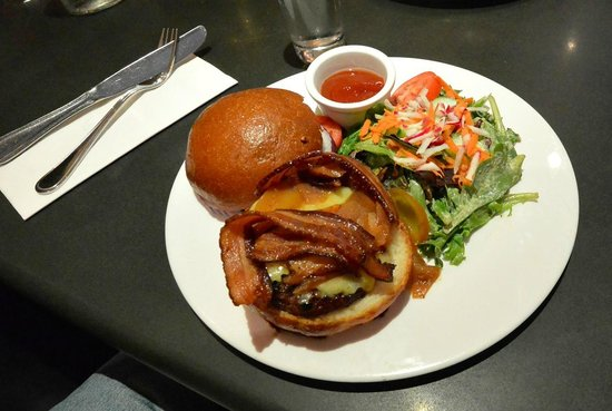 Wayne, Pennsylvanie : Wagyu burger with cheddar and bacon at Teresa's Next Door.