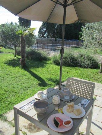 Mas Guiraud: Le jardin et la piscine en arrière-plan